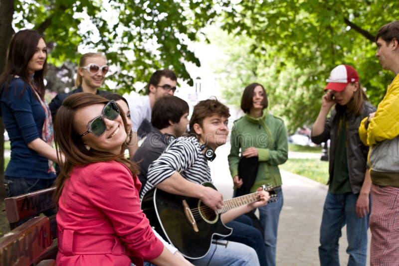 Gruppo di persone sulla città. Musica. fotografia stock