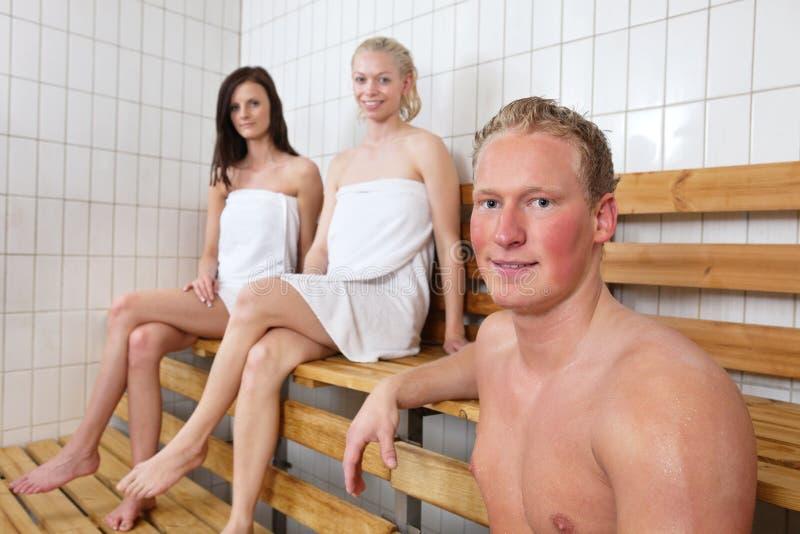 Gruppo di persone in una stanza calda immagini stock