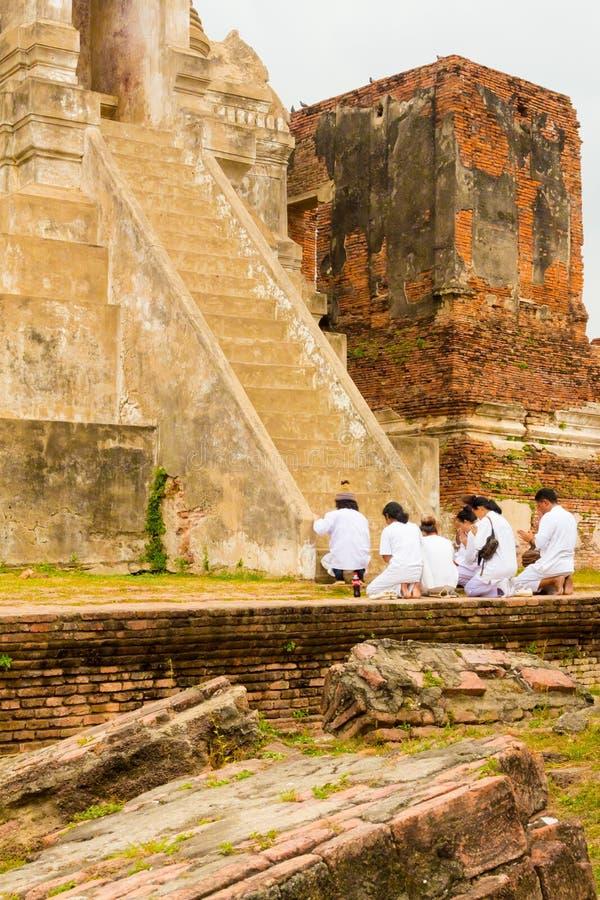 Gruppo di preghiera di Ayutthaya alla base di una pagoda fotografia stock