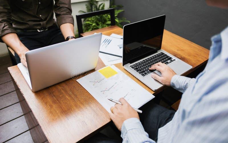 Gruppo di prestazione di vendite di analisi di vendita degli uomini d'affari, concetto di riunione di lavoro di squadra fotografia stock
