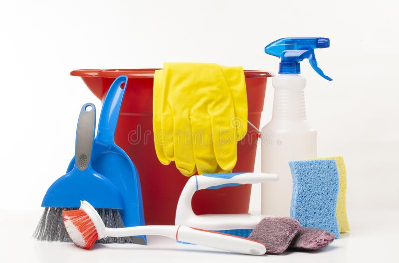 Gruppo di prodotti e apparecchiature per la pulizia delle famiglie su sfondo bianco fotografie stock