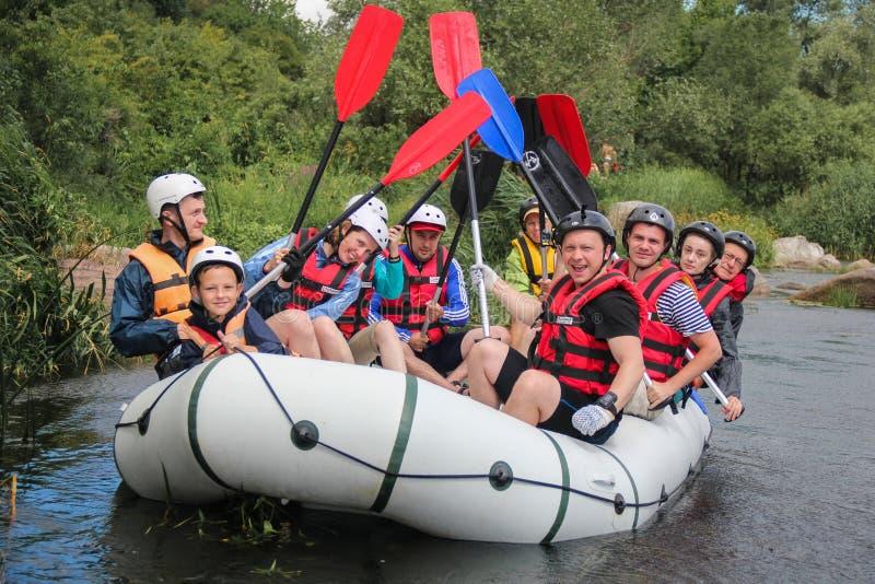 Gruppo di rafting, sport acquatico di estremo di estate Gruppo di avventuriere che fa rafting dell'acqua bianca fotografia stock libera da diritti