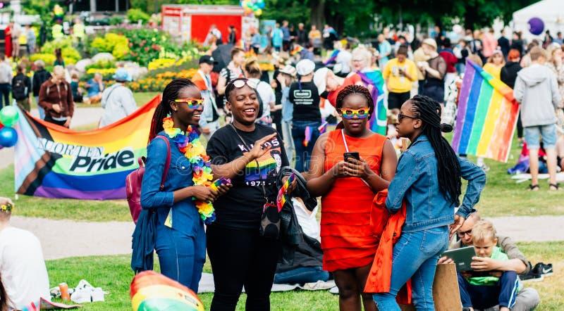Gruppo di ragazze afroamericane sul festival di orgoglio di Helsinki nel parco pubblico di Kaivopuisto fotografie stock libere da diritti