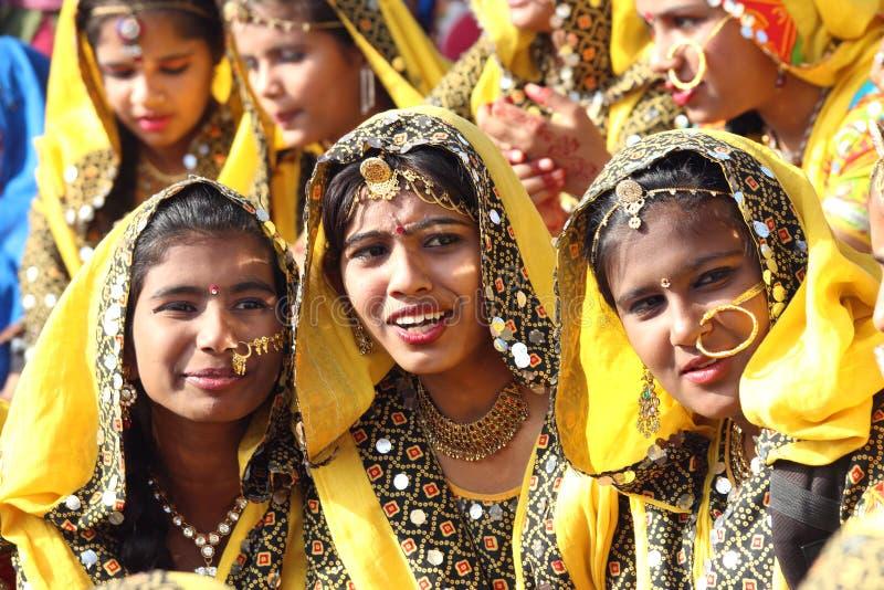 Gruppo di ragazze indiane in abbigliamento etnico variopinto fotografia stock libera da diritti