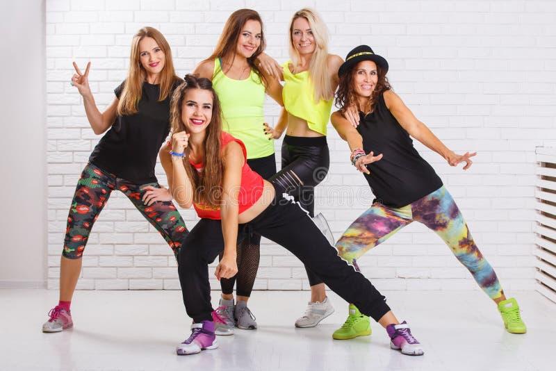 Gruppo di ragazze sorridenti di forma fisica divertendosi insieme fotografia stock libera da diritti