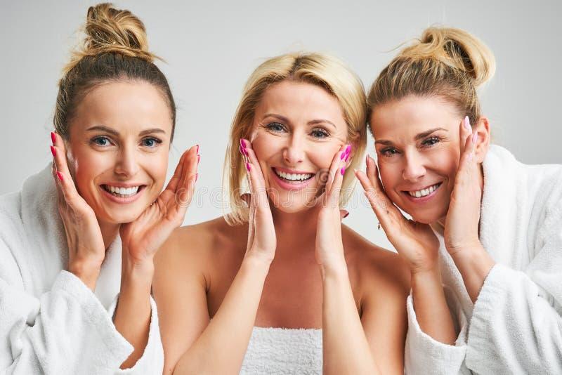 Gruppo di rappresentazione dell'immagine di amici felici in stazione termale fotografie stock