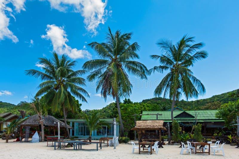 Gruppo di regolazione della sedia e della tavola nella barra del ristorante sulla spiaggia sabbiosa bianca alla Tailandia immagine stock