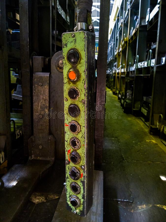 Gruppo di regolazione pedent verde lungo dell'ascensore industriale del metallo fotografie stock libere da diritti