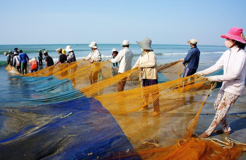 Gruppo di rete del pesce di tirata del pescatore immagine stock