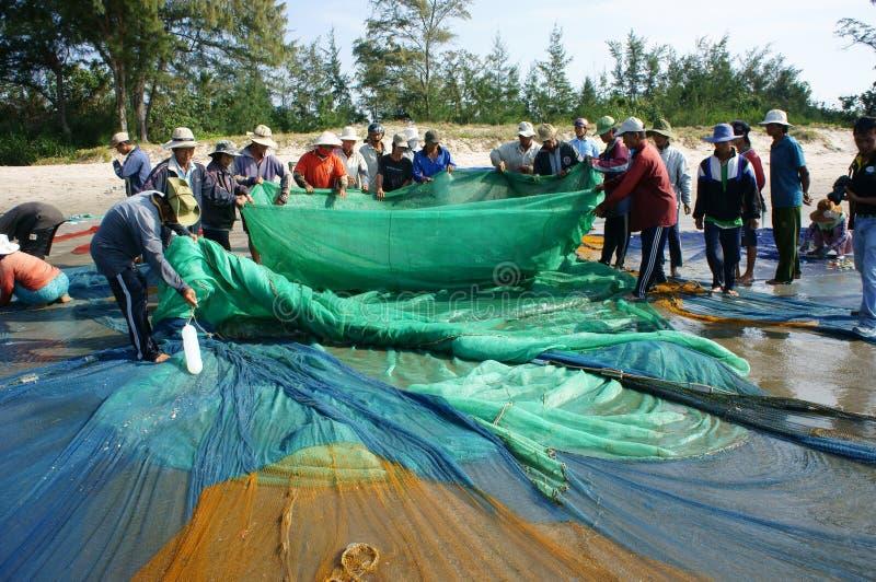 Gruppo di rete del pesce di tirata del pescatore fotografia stock