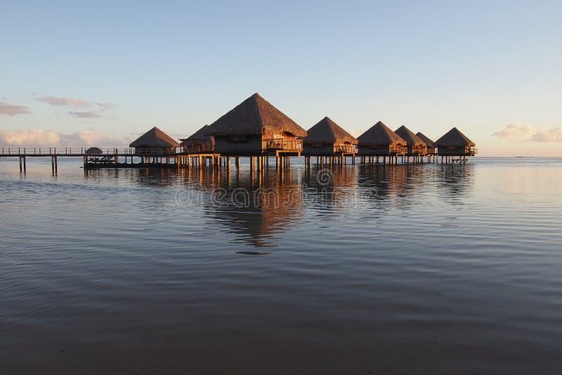 Gruppo di riflessione Tahiti sui bungalows d'acqua fotografia stock