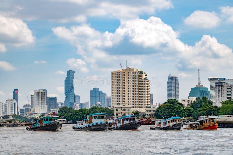 Gruppo di rimorchiatori in una linea tirare un carico pesante, Bangkok fotografie stock libere da diritti