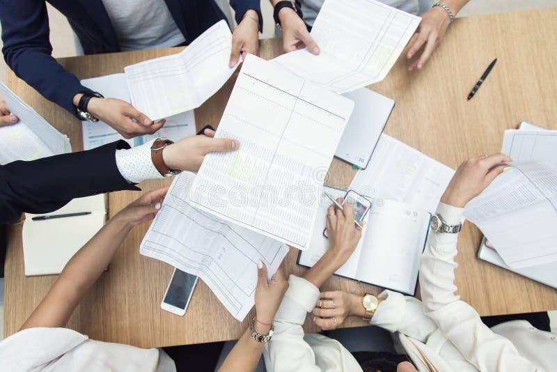 Gruppo di riunione d'affari alla tavola nell'ufficio moderno, nel lavoro di gruppo e nelle diverse mani unenti insieme le relazio fotografia stock