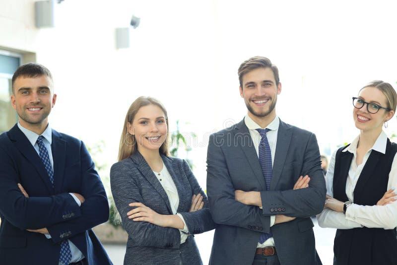 Gruppo di riuscita gente di affari sui precedenti dell'ufficio immagine stock libera da diritti