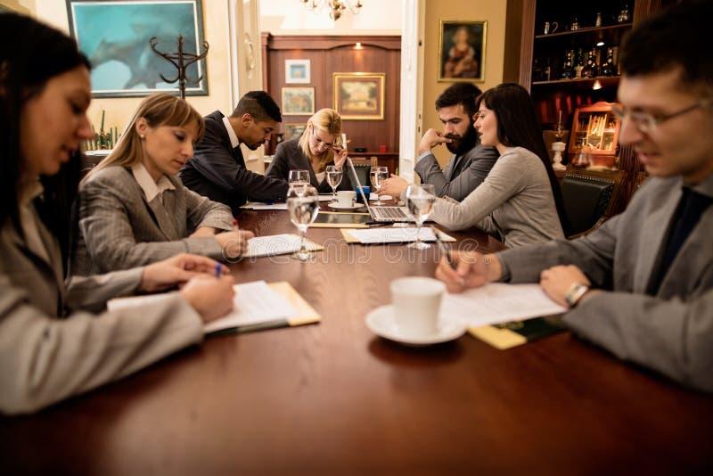Gruppo di riuscita gente degli uomini d'affari in una riunione nell'ufficio immagini stock