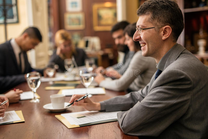 Gruppo di riuscita gente degli uomini d'affari in una riunione nell'ufficio fotografia stock libera da diritti