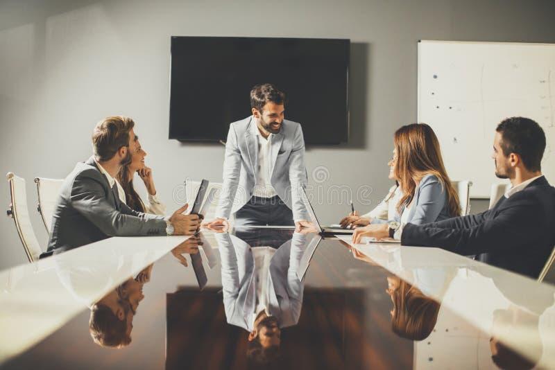 Gruppo di riuscita gente di affari alla riunione nell'ufficio immagine stock
