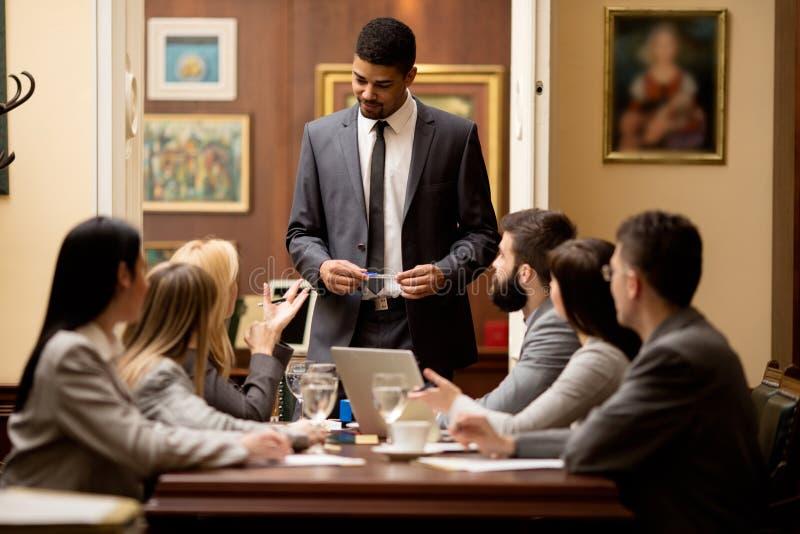 Gruppo di riuscito avvocato o uomo d'affari ad una riunione nel fuori fotografie stock libere da diritti