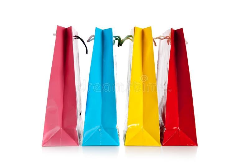 Gruppo di sacchetti di acquisto variopinti su bianco fotografie stock libere da diritti