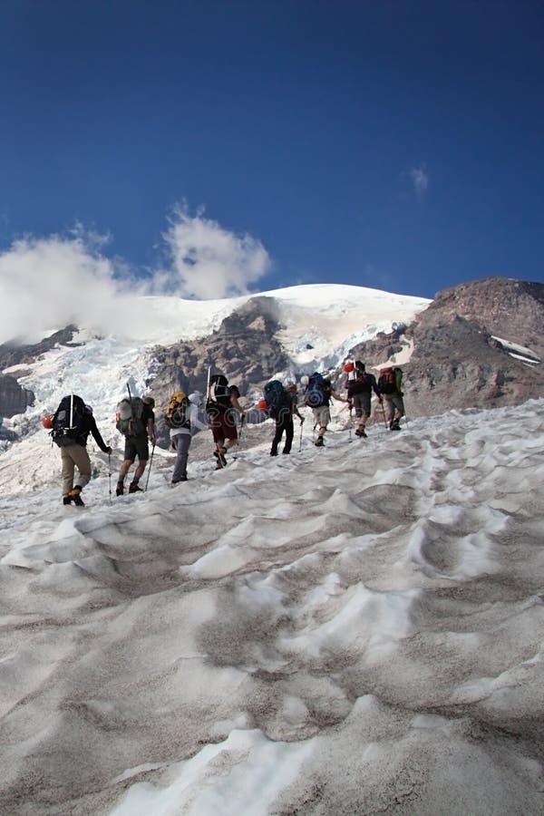 Gruppo di scalata di montagna fotografie stock