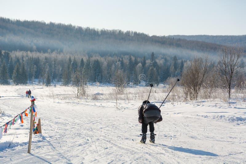 Gruppo di scorrevole degli sciatori dalla montagna Lo sciatore da fare scorrere sulla montagna Sciatore e sci fotografia stock libera da diritti