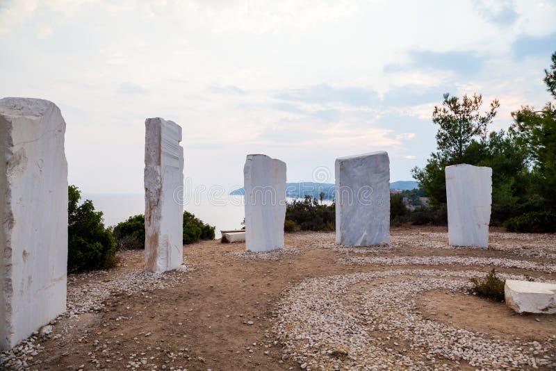 Gruppo di sculture artistiche in marmo bianco che rappresenta i segni zodical, conosciuto come la corona del  del †del  di Li fotografia stock libera da diritti