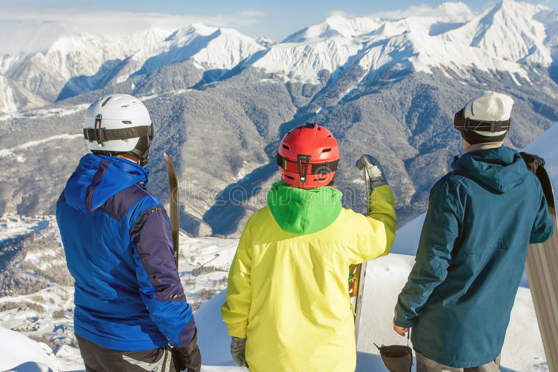 Gruppo di snowboarders e di sciatore alla sommità immagine stock libera da diritti