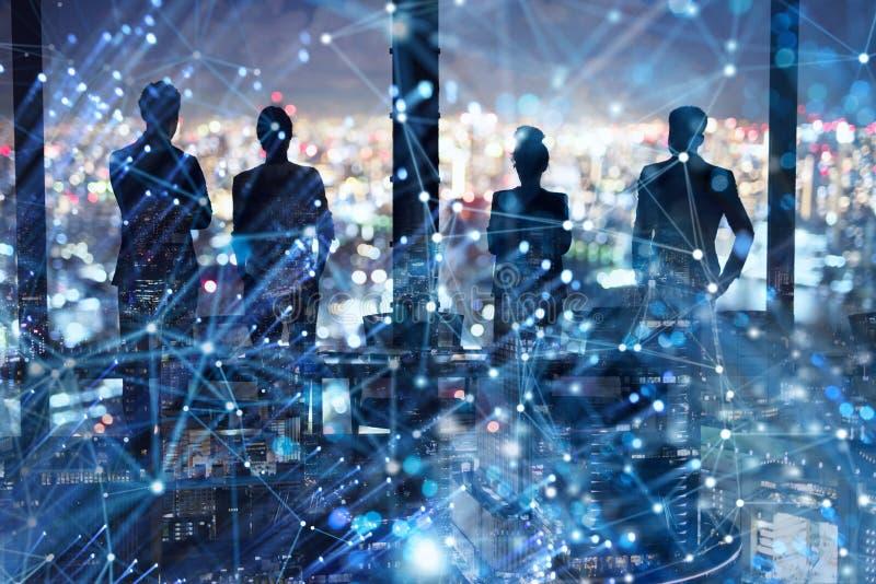 Gruppo di socio commerciale che cerca il futuro con effetto digitale della rete immagini stock
