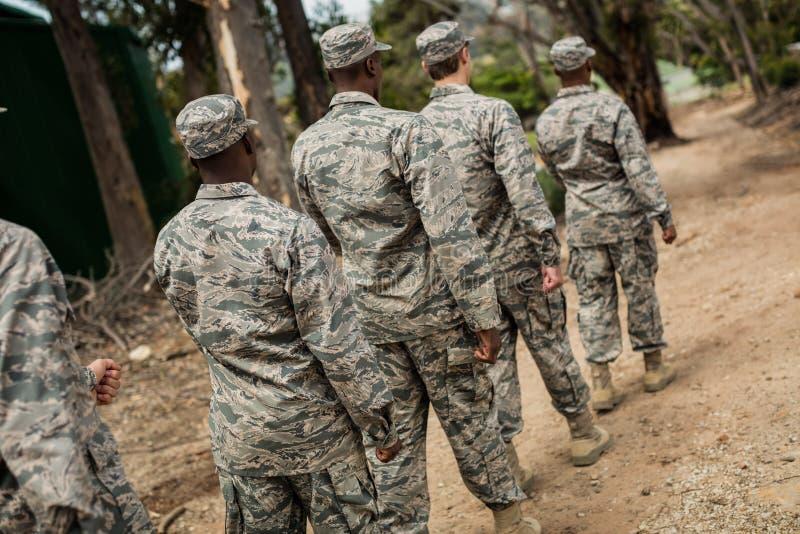 Gruppo di soldati militari in un corso di formazione fotografie stock libere da diritti