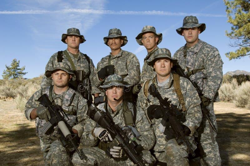 Gruppo di soldati sul campo fotografia stock