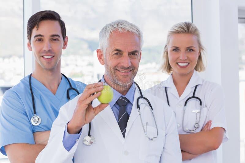 Gruppo di stare degli infermieri e di medico fotografia stock