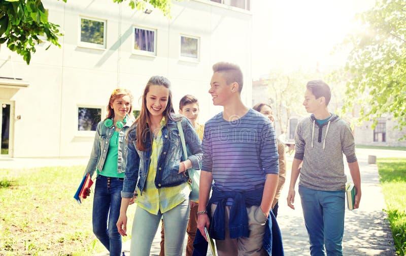 Gruppo di studenti adolescenti felici che camminano all'aperto fotografie stock