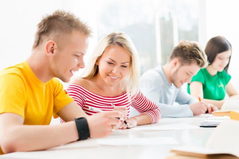 Gruppo di studenti adolescenti in un'aula fotografia stock libera da diritti