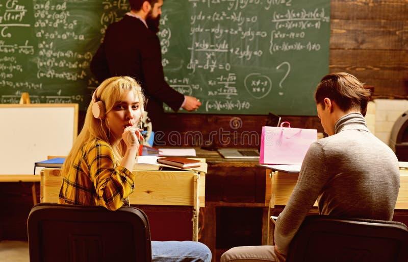 Gruppo di studenti adulti attenti con l'insegnante in aula ad addestramento Istruzione di concetto - di nuovo alla scuola su verd immagini stock libere da diritti