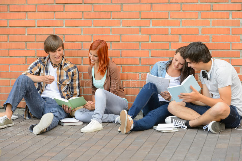 Gruppo di studenti con andar in giroe dei libri fotografie stock libere da diritti
