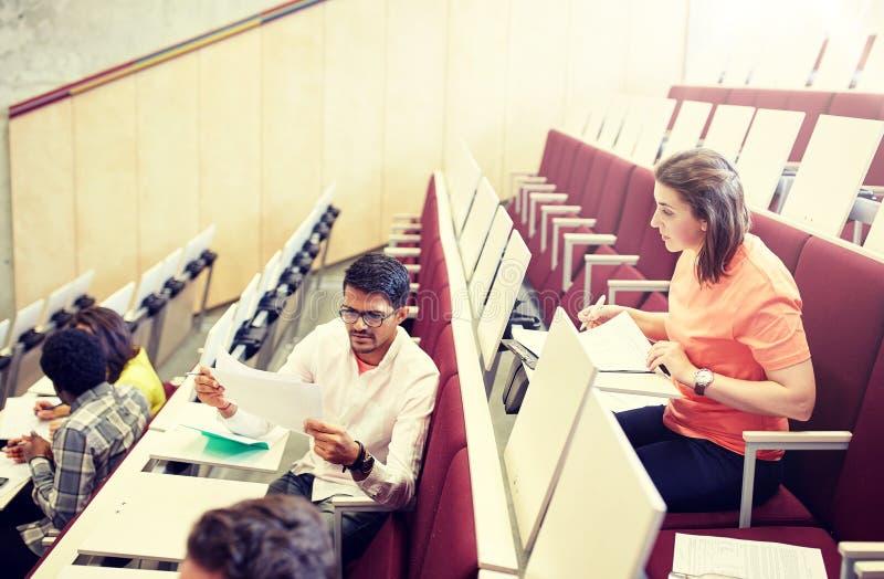 Gruppo di studenti con le prove al corridoio di conferenza immagine stock libera da diritti