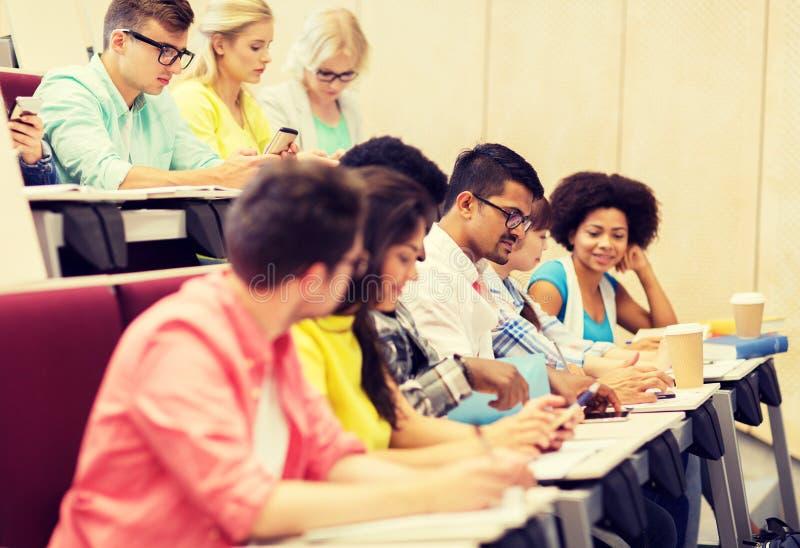 Gruppo di studenti con scrittura del caffè sulla conferenza fotografia stock