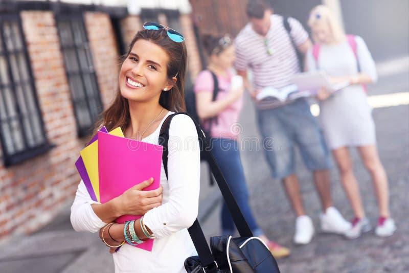 Gruppo di studenti felici che studiano all'aperto immagini stock