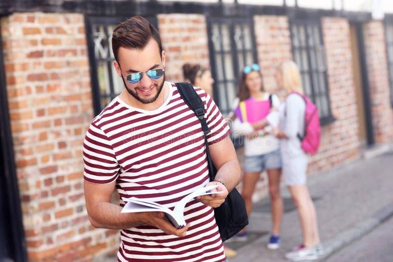 Gruppo di studenti felici che studiano all'aperto immagine stock