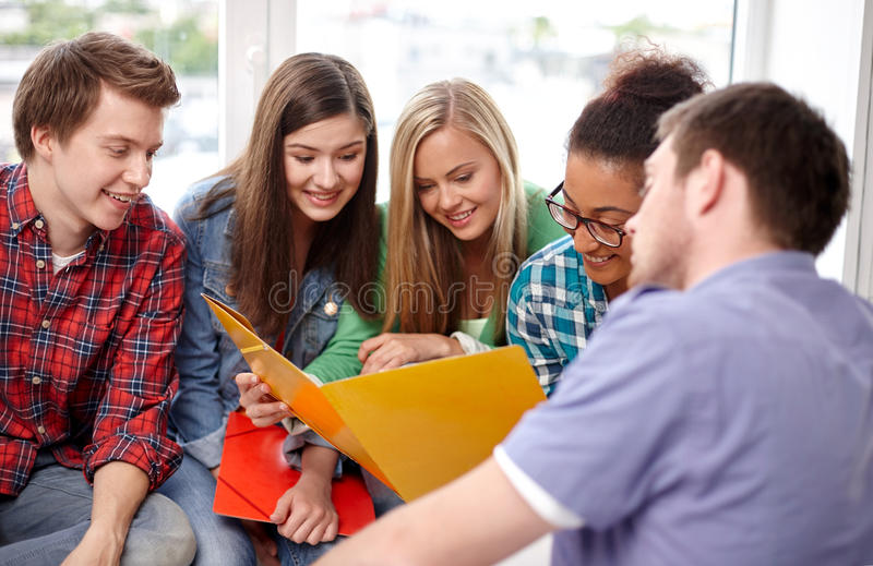 Gruppo di studenti felici o di compagni di classe della High School immagine stock
