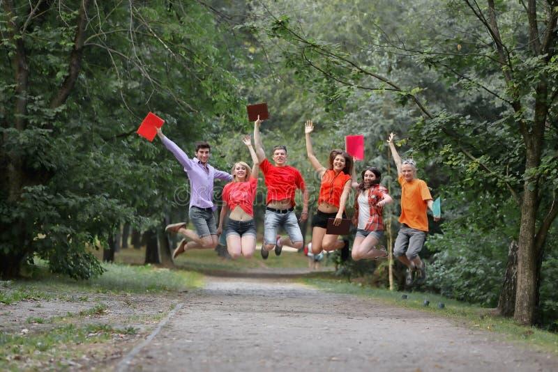 Gruppo di studenti felici sulla pista nel parco fotografia stock libera da diritti