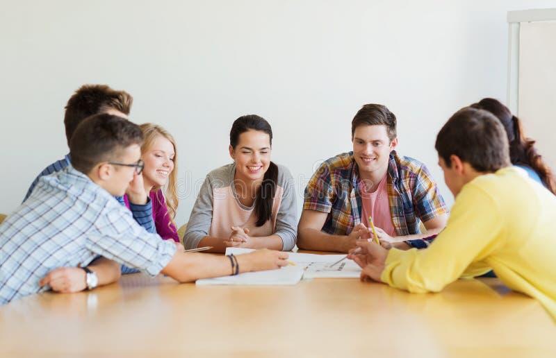 Gruppo di studenti sorridenti con il modello immagini stock