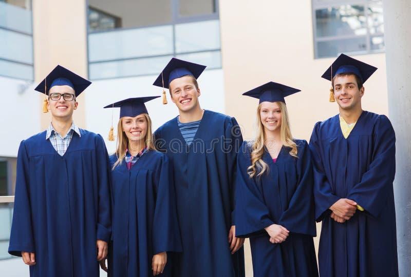 Gruppo di studenti sorridenti in tocchi fotografia stock