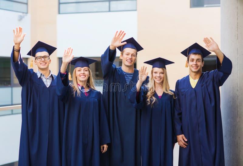 Gruppo di studenti sorridenti in tocchi immagini stock libere da diritti