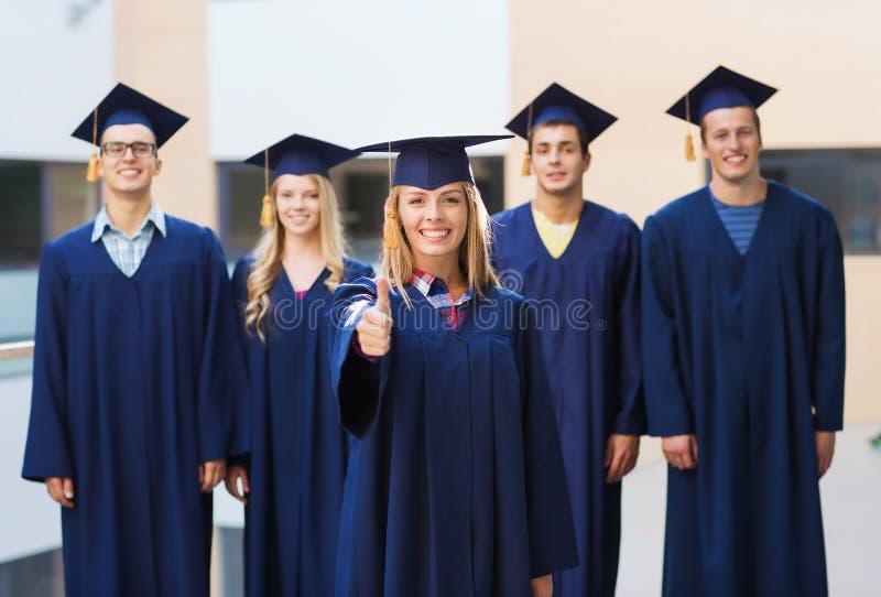 Gruppo di studenti sorridenti in tocchi fotografie stock libere da diritti