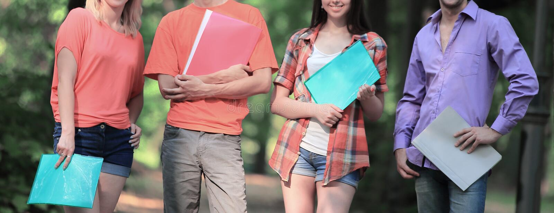 Gruppo di studenti universitari all'aperto che sembrano felici immagine stock libera da diritti