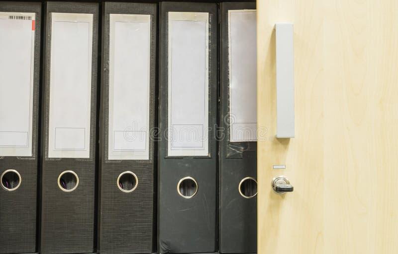 Gruppo di superficie del primo piano di archivio di documento nel fondo del gabinetto di archivio fotografia stock