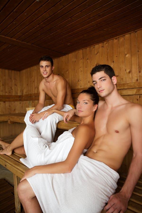 Gruppo di terapia della stazione termale di sauna giovane nella stanza di legno immagini stock libere da diritti