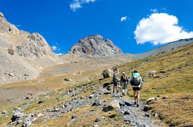 Gruppo di trekkers nella montagna di Fany fotografie stock