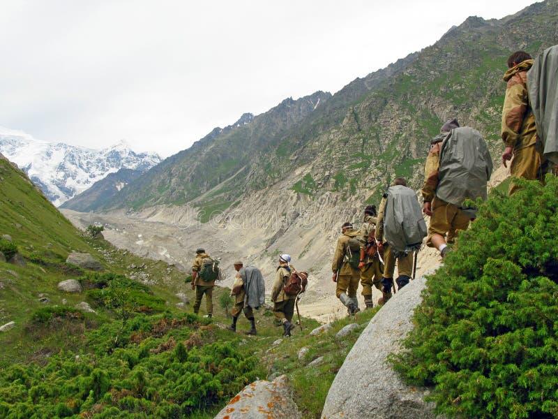 Gruppo di turisti alle montagne di OS Caucaso di Bezenghi vicino a Elbrus fotografie stock